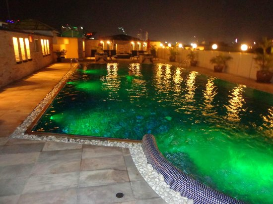 Amari Nova Suites Pattaya: The roof top pool at night