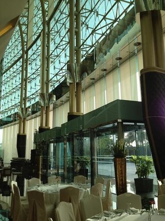 The Meydan Hotel: entrance lobby