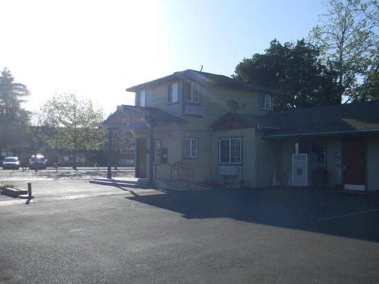 North Bay Inn: The front office area from Parking lot.
