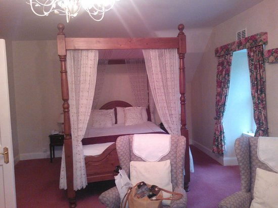 The Lagg Hotel: four-poster bed in double room