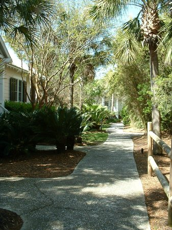 The Cottages on Charleston Harbor: Walkway to cottages