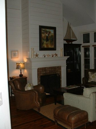 The Cottages on Charleston Harbor: Living area with gas fireplace