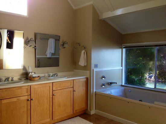 Albion, Californië: Spacious bathroom