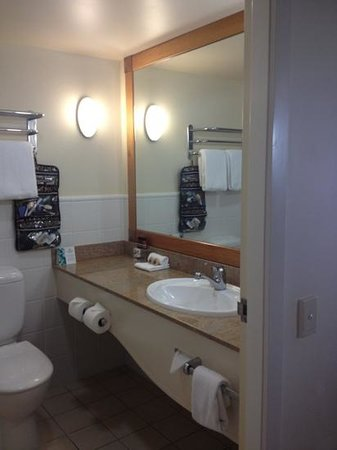 Outrigger Twin Towns Resort: bathroom, small but well appointed