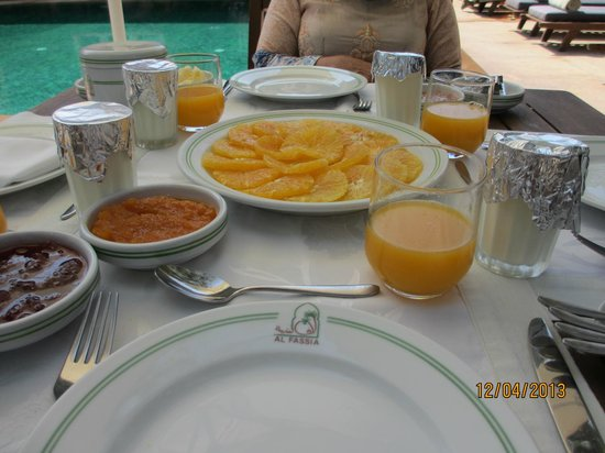 Al Fassia Aguedal: Breakfast - Fresh Orange and Fresh Orange Juice with Homemade Jams.