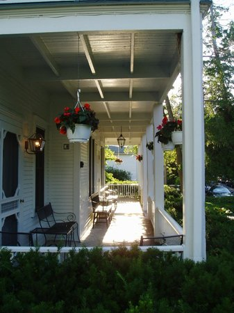 White Gull Inn: Main inn front porch