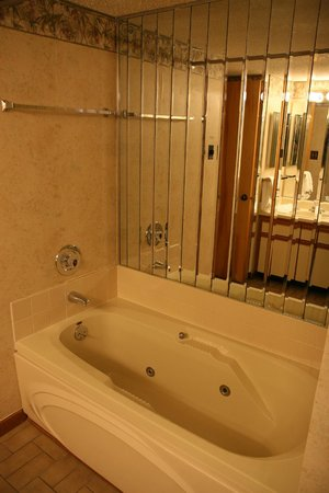 Country Club Hotel & Spa : outdated bathroom with mirrored tub area