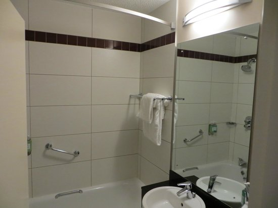 Jurys Inn Custom House: Bathroom