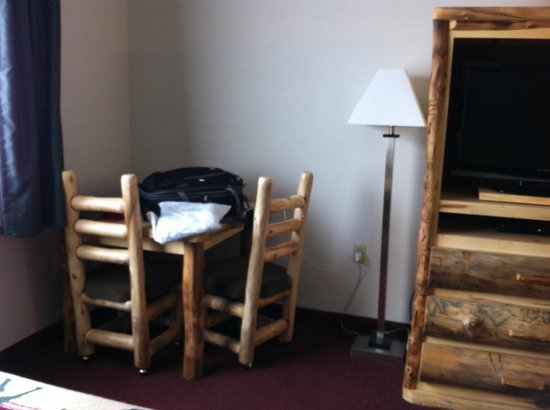 North Park Inn & Suites: Table, chairs, & floor lamp in Room 37 or 35