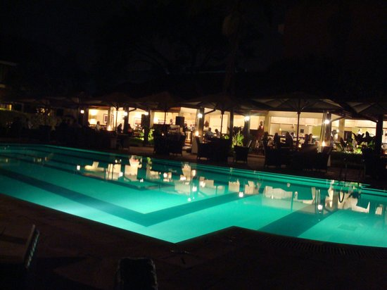Southern Sun Mayfair Nairobi: Restaurant by the swimming-pool