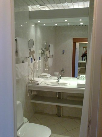 Neringa Hotel: Bathroom
