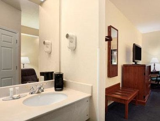 Howard Johnson Jackson North Ridgeland: Bathroom