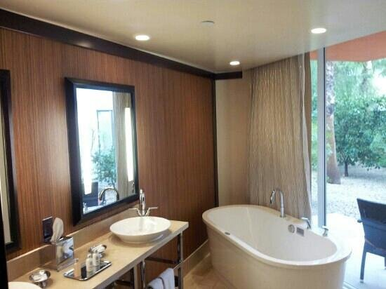 Riviera Resort &amp; Spa, Palm Springs: tub right next to sliding door ?