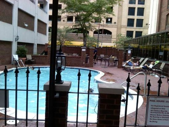 Days Inn Inner Harbor: Very nice pool area with lifeguard