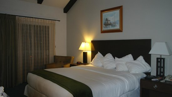 Cannery Row Inn: Comfy king size bed