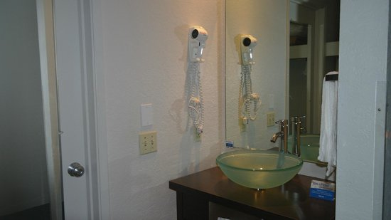 Cannery Row Inn: Modern Bathroom
