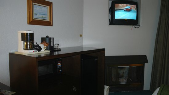 Cannery Row Inn: Coffee and electric fire