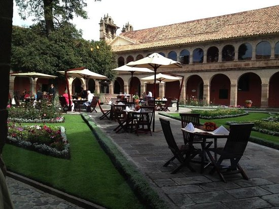 Hotel Monasterio by Orient-Express: Courtyard of the Monasterio Hotel in Cusco