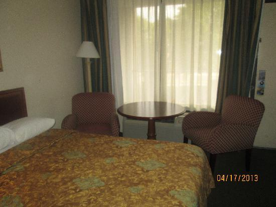 Days Inn Tallahassee Northwest: bed and desk area