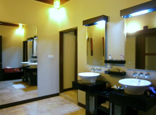 The Ulin Villas & Spa: Large air-conditioned dressing room