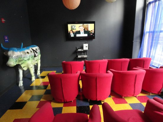 Hostelling International Chicago: Sala de cine y TV