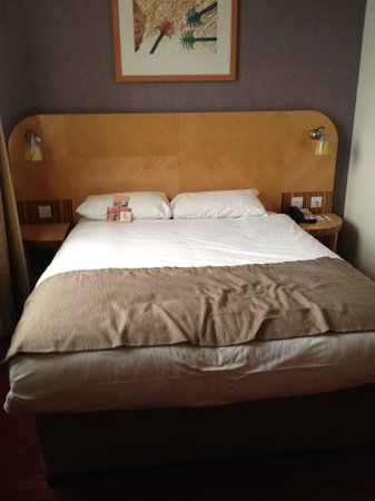 Ramada Hotel &amp; Suites Coventry: Comfy bed.