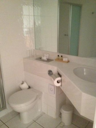 Ramada Hotel & Suites Coventry: Bathroom