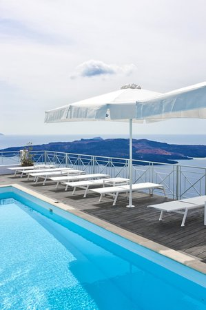 Athina Repose Suites: Beautiful pool desk with Volcano View