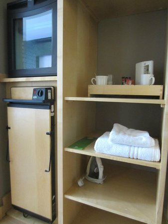 Holiday Inn Belfast: Shelving, fridge/facilities