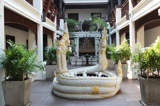 De Naga Hotel: Courtyard with snake fountain