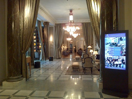 Hotel Maria Cristina San Sebastian: View from main foyer down one of the wings