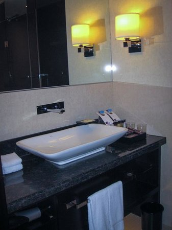 Sheraton Incheon Hotel: Sink area of bathroom