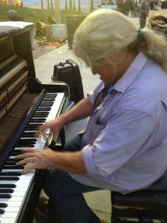 Hotel Erwin: Watch for the piano man in front of the Sidewalk Cafe.