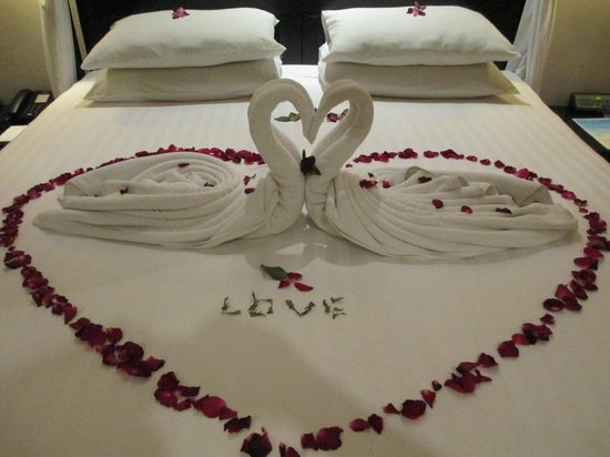 Horizon Karon Beach Resort &amp; Spa: Our Anniversary gift from Karon staff.