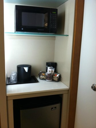 SpringHill Suites Atlanta Airport Gateway: Microwave, coffee maker, fridge