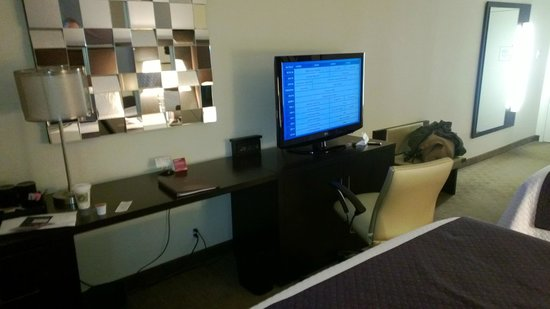 Crowne Plaza, Suffern: Lounge Area of the Double Bed Room