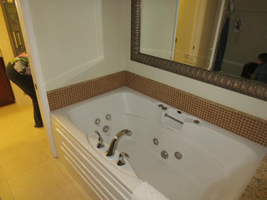 Hilton Grand Vacations Suites - Las Vegas (Convention Center): nice jacuzzi between the bedroom and bathroom