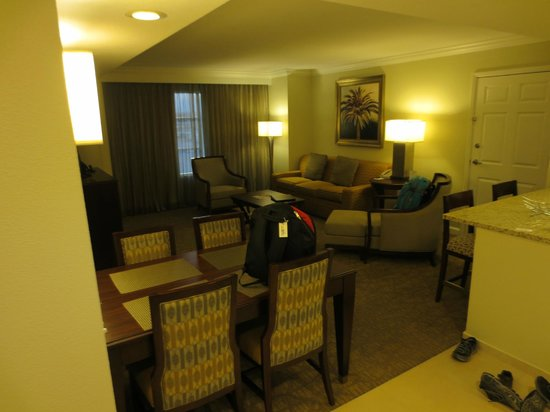 Hilton Grand Vacations Suites - Las Vegas (Convention Center): entrance with dining room set to kitchen on right