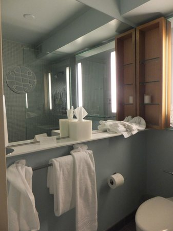 Hotel Andra: Small bath modern design with tile and mirrors