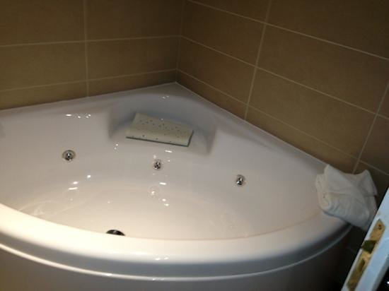 The Gables Hotel: our luxury bath!!!!!!!!!!!!