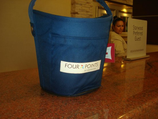 Four Points by Sheraton Los Angeles International Airport: EN EL LOBBY CONVERSANDO CON EL SUPUESTO ENCARGADO