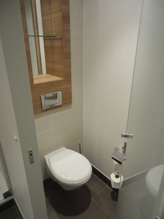 Ramada Hotel Berlin-Alexanderplatz: The bathroom
