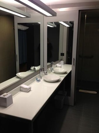 aloft Lexington: clean, simple bathroom..