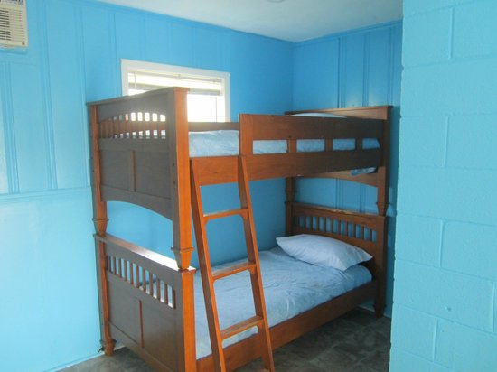 Russo's Motel: Room with 2 Queen beds and a set of bunk beds