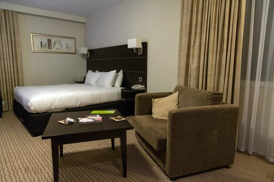 DoubleTree by Hilton London Heathrow: Comfy seating and a handy table (King Deluxe)