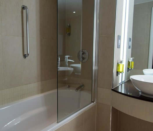 DoubleTree by Hilton London Heathrow: The bath/shower - easy enough to get a comfortable temperature and plenty of pressure.