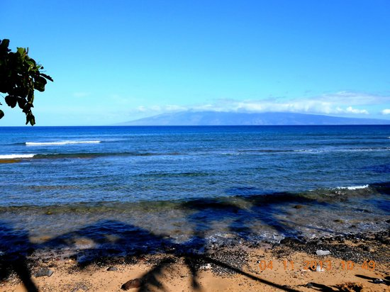 Aston Kaanapali Shores: Beach directly behind hotel with view of Molokai