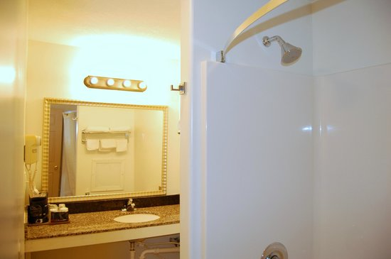Canton, IL: Bathroom