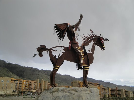 Spirit Ridge Vineyard Resort & Spa: Stunning sculpture at the entrance of the Resort