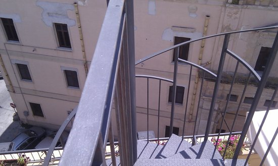 Le Chiavi di San Francesco Residence: Spiral staircase between the two terraces in the suite